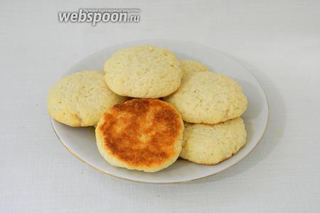 Готовое печенье выкладываем на тарелку и охлаждаем.