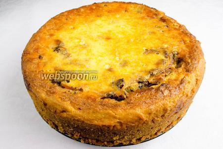 Готовый пирог вынуть из формы. Подавать к обеду с легкими овощными салатами.