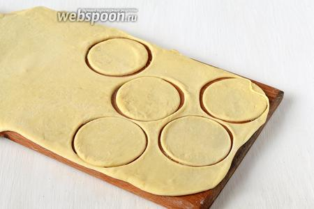 Тесто раскатать толщиной 1,5 мм. Вырезать с помощью стакана  кружки.