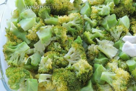 Выкладываем на картофель брокколи и так же приправим.