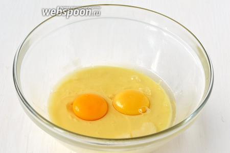 Соединить яйца и сгущённое молоко.