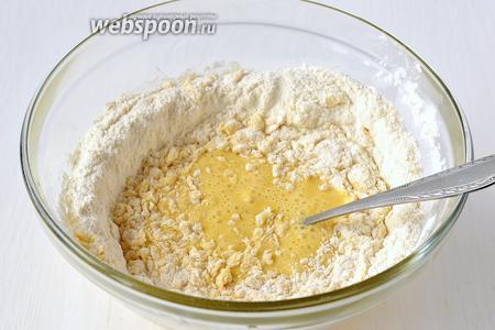Тщательно вмешать муку в яично-молочную смесь.