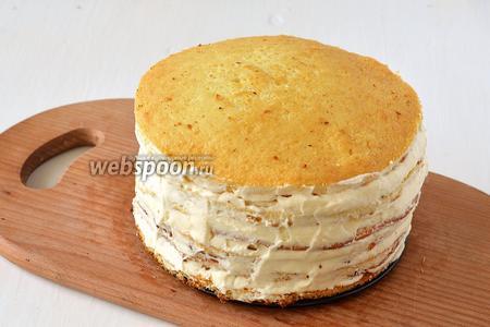 Боковые стенки торта тоже покрыть со всех сторон кремом.