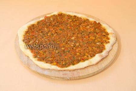 Духовку вместе с противнем или камнем для пиццы прогреваем до 230°С и выкладываем аккуратно тесто на горячий противень (камень). Запекаем 5 минут. Края теста могут остаться бледными или слегка потемнеть. Лучше готовность проверять, приподняв край лепёшки. Низ будет золотистого цвета.