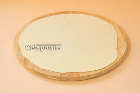 Рабочую поверхность посыпаем мукой. Каждую часть теста скатываем в шар и раскатываем в тонкую лепёшку толщиной 1-2 мм.