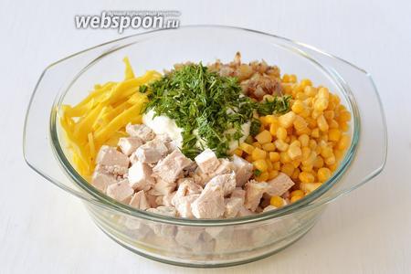 Соединить филе, кукурузу, лук, яичную лапшу, майонез, порезанный укроп. Перемешать.