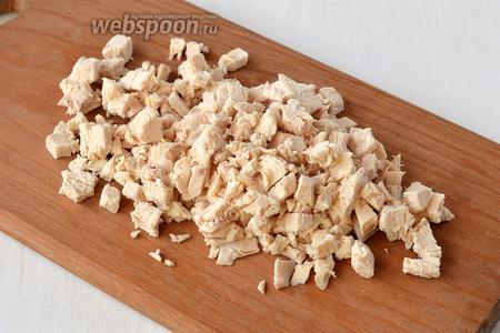Куриное филе отварить до готовности. Порезать небольшим кубиком.