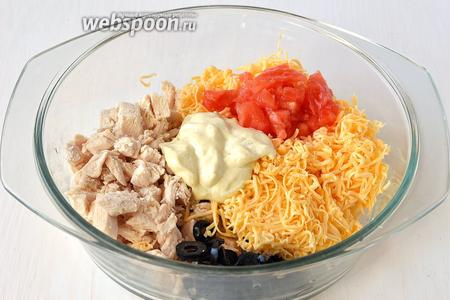 Соединить филе, маслины, натёртый сыр (часть сохранить для украшения), маслины, немного помидоров, майонез.
