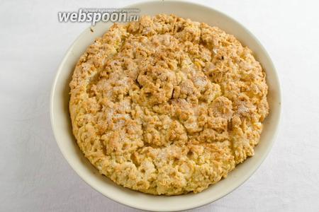 Готовый пирог вынуть из духовки. Остудить в форме. Подавать на перекус или к утренней чашке кофе.