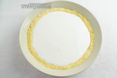 Взбить белки, добавляя небольшими порциями сахар. Залить сверху яблочного слоя.