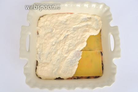 Далее кладём листы лазаньи и наносим сырный слой. Сырной начинки должно хватить на 2 слоя. Она буде на верхнем, заключительном слое лазаньи.