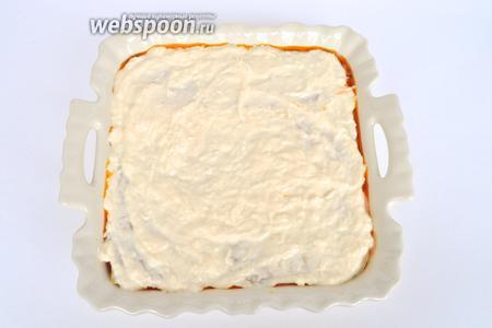 Кладём листы лазаньи и наносим заключительный сырный слой.