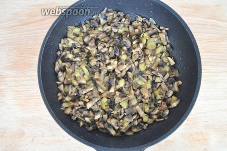 Добавить нарезанные грибы, жарить до готовности в конце солить.