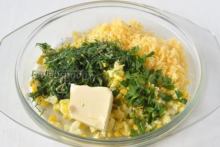 Соединить сыр, яйца, мягкое сливочное масло, измельчённые петрушку и укроп.