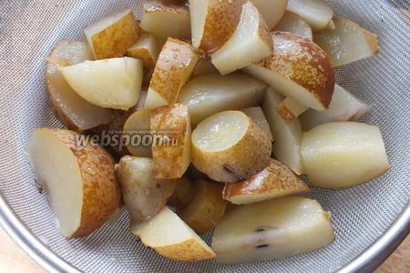 Процедите компот через сито. По вкусу можно добавить чуть-чуть лимонного сока.