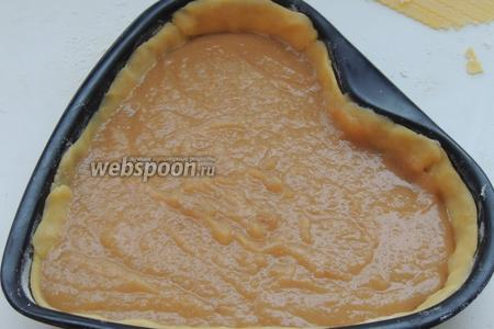 Поместим яблочную начинку на тесто.