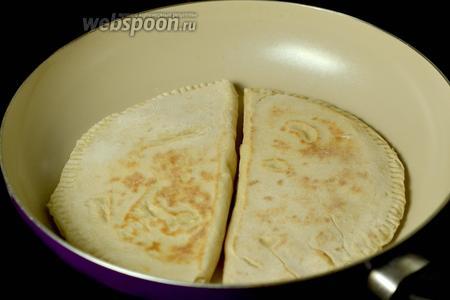 Обжариваем хингалш с двух сторон на сухой сковороде. Сильно зарумянивать не нужно, переворачиваем и снимаем, когда на тесте появляются коричневые пятнышки.