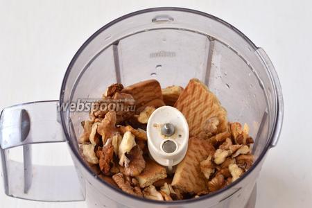 Измельчить в чаше кухонного комбайна печенье и грецкие орехи.