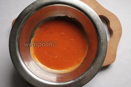 Растопить сливочное масло на медленном огне, добавить соус томатный и чеснок (натертый на мелкой тёрке). Хорошо перемешать.