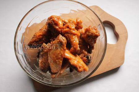 Смешать крылышки с соусом, пока они равномерно не покроются. Подавать горячими, пока они не остыли, с ореховым или сырным соусом.
