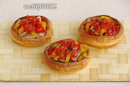 Овощи слегка полить кетчупом. Подать булочки тёплыми.