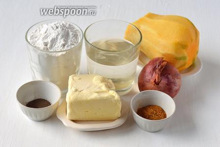 Для приготовления мантов в виде рыбки, нам понадобится мука, вода, соль, тыква, лук, масло сливочное, перец чёрный молотый, карри.