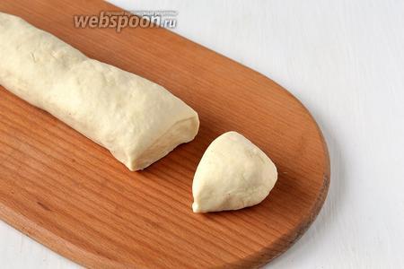Тесто разделить на  кусочки величиной с большой грецкий орех.