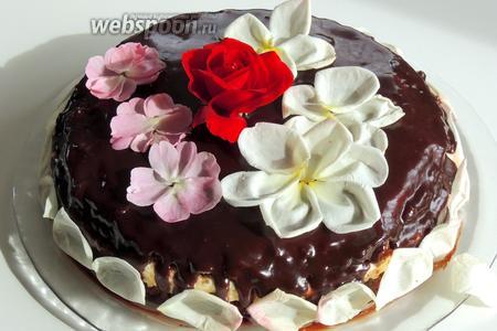 Украшаем по вашему вкусу. Я украсила цветками розы, они съедобные. И приятного аппетита!