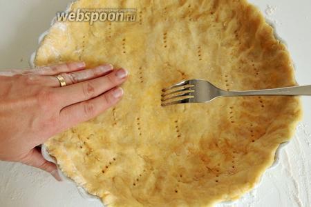 Форму смажем сливочным маслом и обсыпем мукой. Прямо в форме расправим тесто по дну и стенкам. Вилкой делаем отверстия.