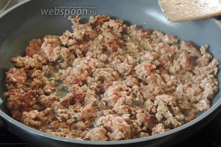 Тем временем, на горячем масле обжарим мясо около 2-3 минут.