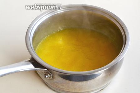 Соединить апельсиновый сок, крахмал и цедру. Доведите до кипения и проварите несколько минут, чтобы избавиться от крахмального привкуса.