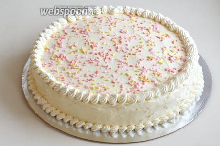Наполните кремом кондитерский мешок с насадкой и украсьте торт по своему усмотрению. Присыпьте верх цветными вафельками или осколками шоколада. Оставьте пропитываться минимум на ночь. Приятного чаепития!