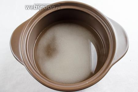 Сварить сироп. Сахар залить водой. Поставить на медленный огонь, варить, помешивая, пока не растворится сахар.