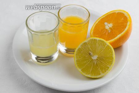 Отжать сок из апельсина и лимона.  Апельсинового сока 50 мл, лимонного сока 25 мл.