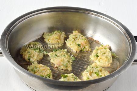 На раскалённую сковороду с растительным маслом ложкой выкладывать небольшие лепёшки. Обжаривать с обеих сторон до золотистого цвета.