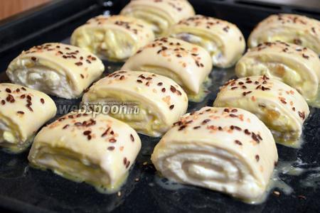 Смазать булочки взбитым яйцом, по желанию посыпать кунжутом. Выпекать при 180-200°C, примерно 15-20 минут до золотистого цвета.