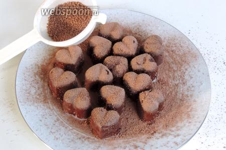 Обильно припудрим конфеты какао-порошком.