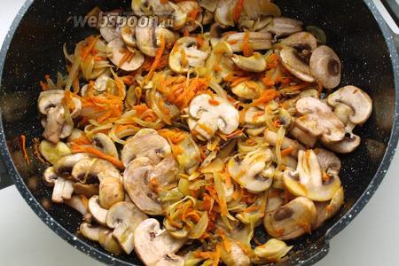 На оливковом масле обжарить лук с морковью в течении 5 минут. Затем добавить шампиньоны и продолжать обжаривать ещё 5-7 минут.