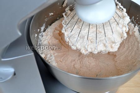 Взбить сливки с творогом и вишнёвым сиропом. Крем готов.
