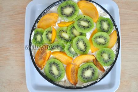 Выложить ещё слой крема и фруктов. На фрукты выложить оставшийся творожный крем и выровнять.