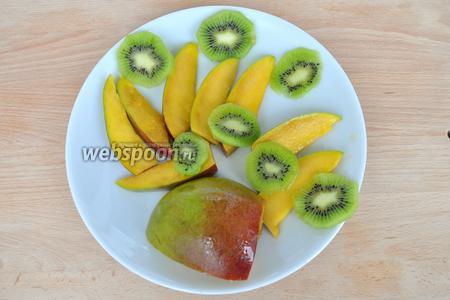 Нарезать манго и киви для верхнего слоя.