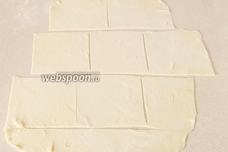 Для удобства в работе тесто разделить на несколько частей и тонко раскатать каждую часть. Нарезать на одинаковые квадраты.