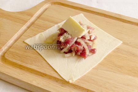 На каждый квадратик положить начинку и кусочек масла.