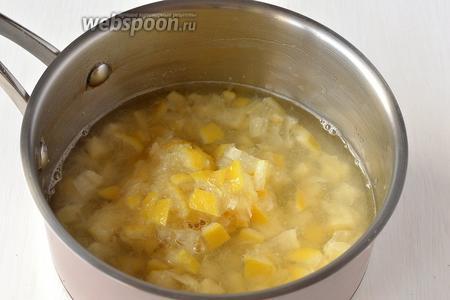 Поместить порезанные лимоны и воду в кастрюлю. Варить 40 минут на маленьком огне.