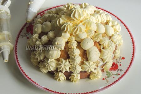 Поместим сливки в кулинарный мешок или шприц с разными насадками и выполним узоры, цветочки.