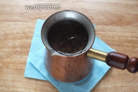 Уберите с огня на полминуты, затем снова доведите до кипения и уберите с огня. Кофе с имбирём готов!  Напиток прекрасно сочетается с восточными сладостями и тростниковым сахаром. Приятного аппетита!