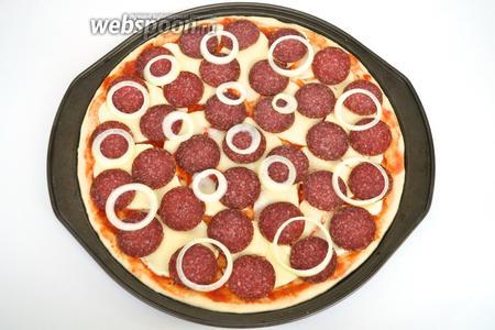 Немного луковых колец и отправляем в разогретую до 200°C духовку на 10-15 минут. Получается 3 пиццы диаметром 32 см.
