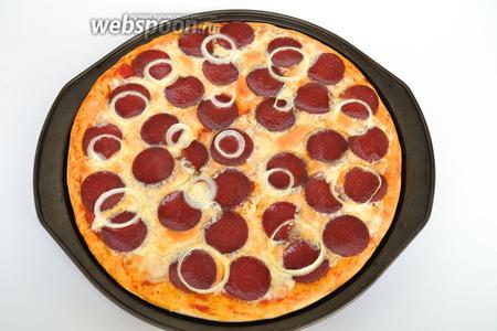 Пицца готова, подавать горячей с оливковым маслом и зеленью.