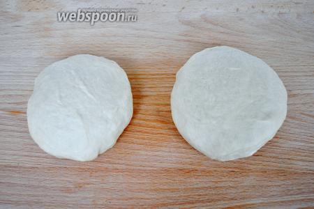 Тесто надо хорошо промесить и разделить на кусочки примерно по 200 грамм. Скатать в шарики. Закрыть плёнкой и оставить для подъёма минут на 30-40.