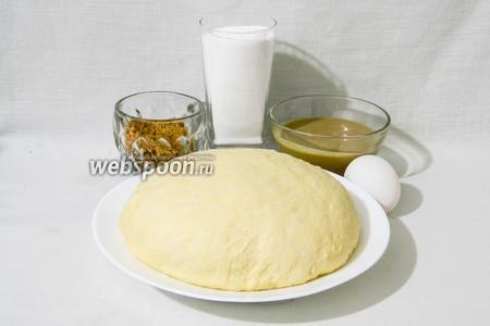 Для приготовления булочек с кунжутной пастой возьмём  сдобное дрожжевое тесто , сахарную пудру, кунжутную пасту, яйцо, измельчённые орехи.